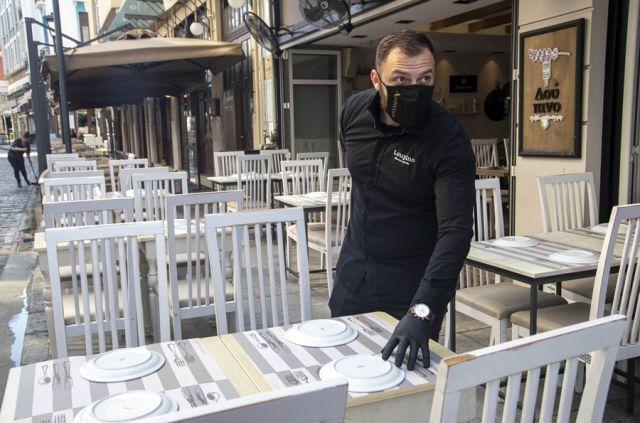 Σερβιτόρος με μάσκα