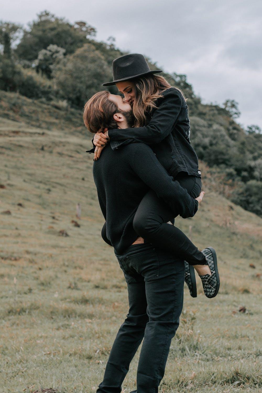 Αγκαλιά ζευγάρι