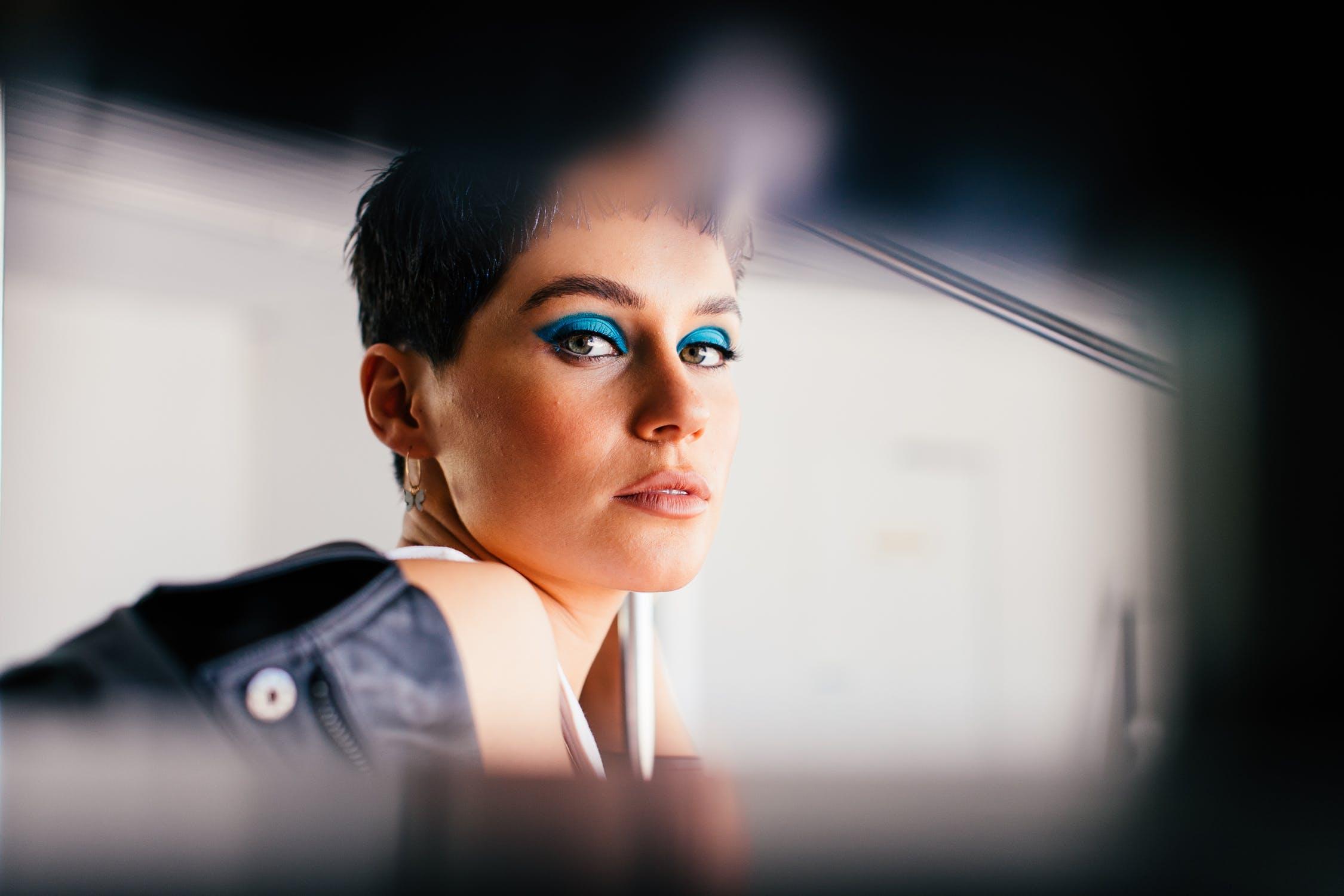 Κορίτσι με μπλε σκιά