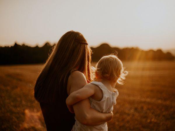 Γυναίκα παιδί ηλιοβασίλεμα