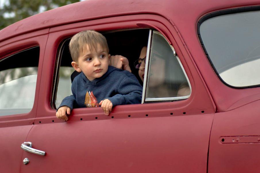 Παιδί σε αυτοκίνητο