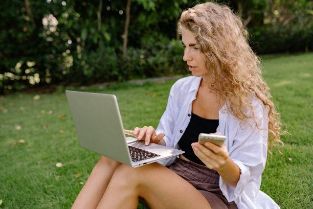 Κοπέλα κινητό laptop