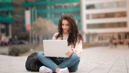 Κοπέλα με μπούκλες laptop