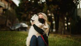 Κοπέλα με μάσκα και σκυλάκι