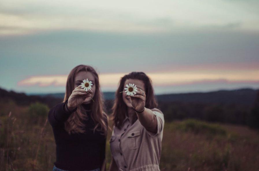 Κορίτσια με λουλούδια