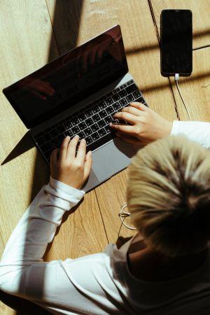 Χεριά laptop